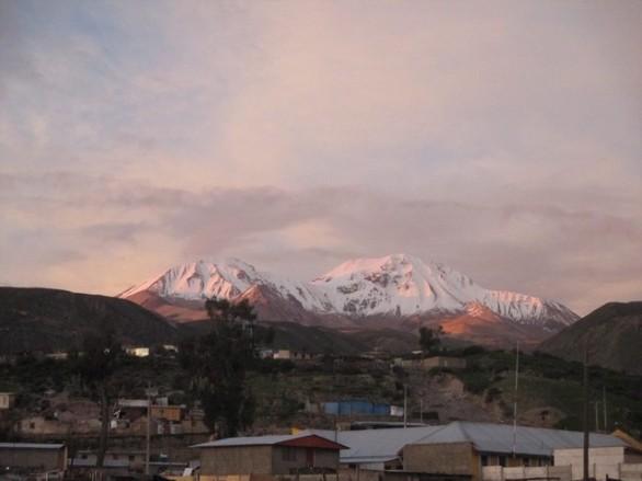 le village de Putre avec les volcans en arrière-fond