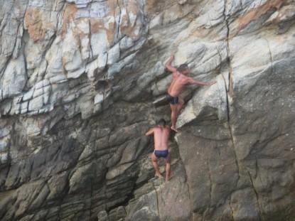 plongeurs Acapulco escaladent la falaise